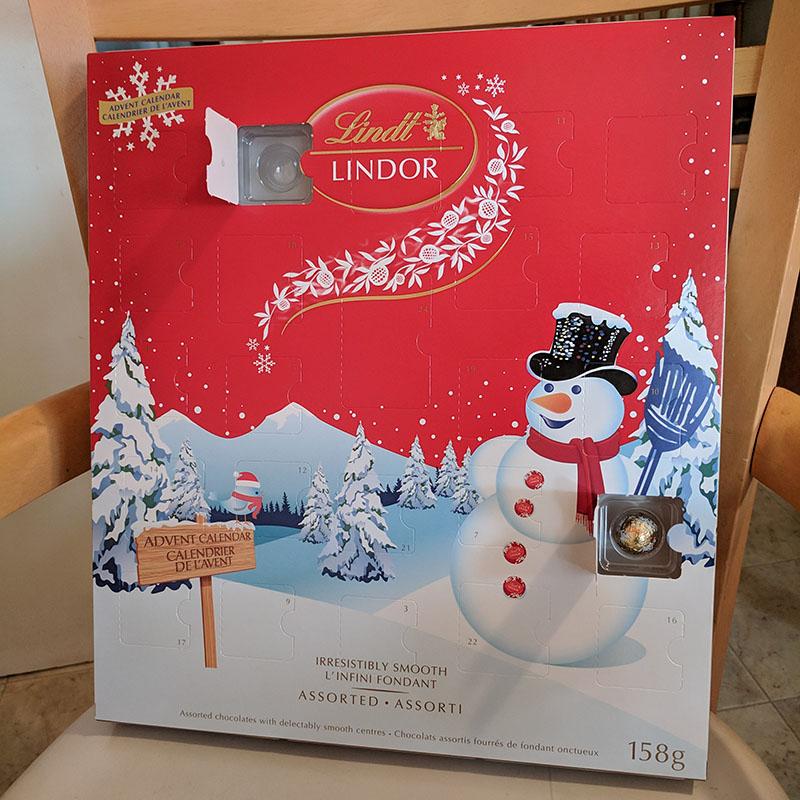 LINDORのAdvent Calendar(本物)の2日目を開けたところ。