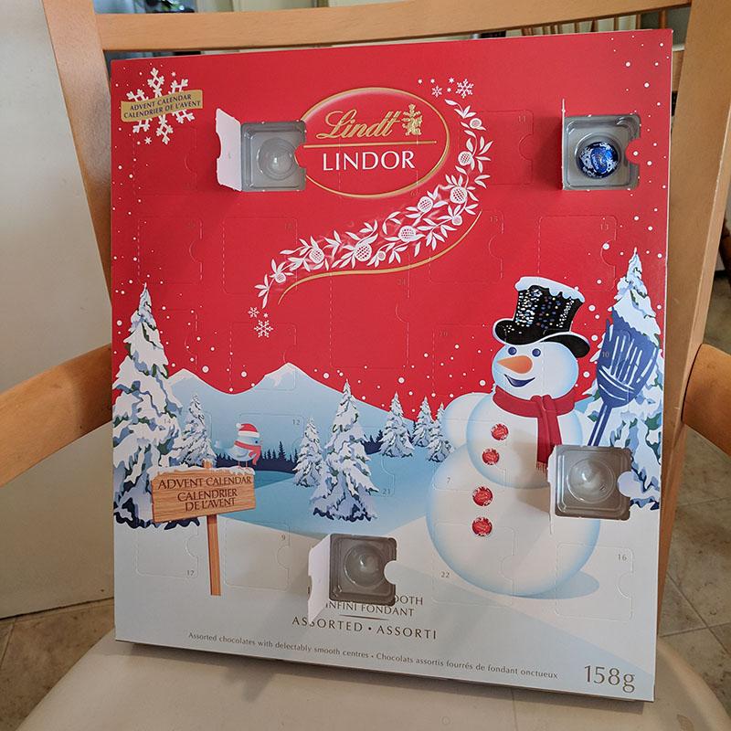 LINDORのAdvent Calendar(本物)の4日目を開けたところ。