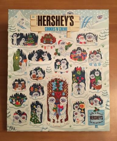 本物の「アドベントカレンダー」の写真。かわいらしいイエティやサンタのイラスト。
