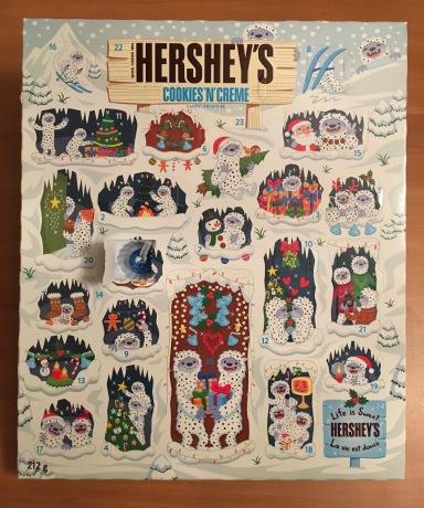 HERSHY'SのAdvent Calendar(本物)の1日目を開けたところ。