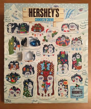 HERSHY'SのAdvent Calendar(本物)の2日目を開けたところ。